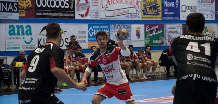 Rodrigo Pérez ante la zaga rival
