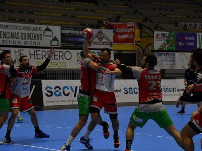 Carlos Villagrán ante la defensa de Huesca